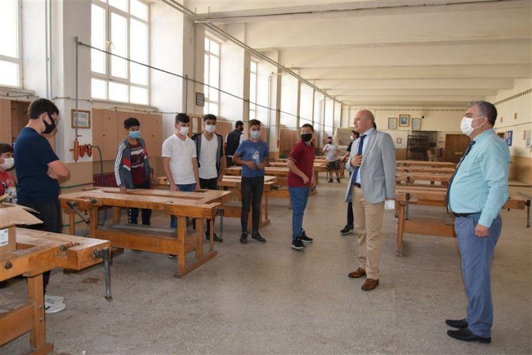 Özbek, okullardaki yüz yüze eğitim çalışmalarını takip ediyor.