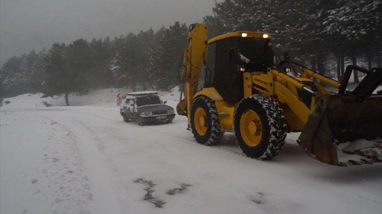 Kazdağları'nda karda çok sayıda araç mahsur kaldı