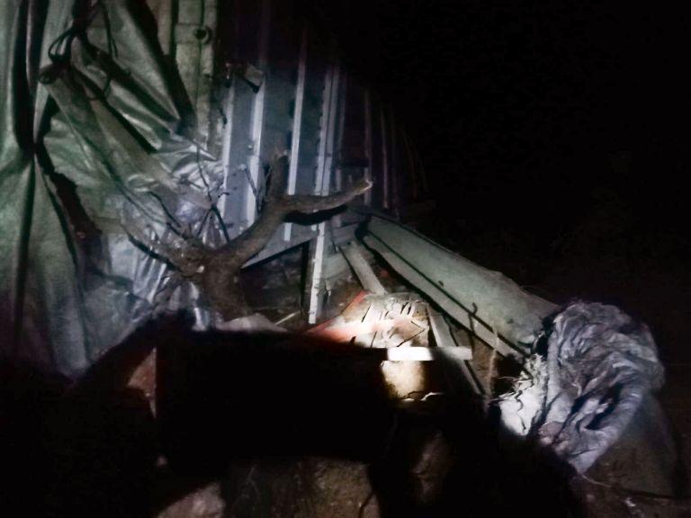Devrilen gübre yüklü kamyonetin sürücüsü yaralandı