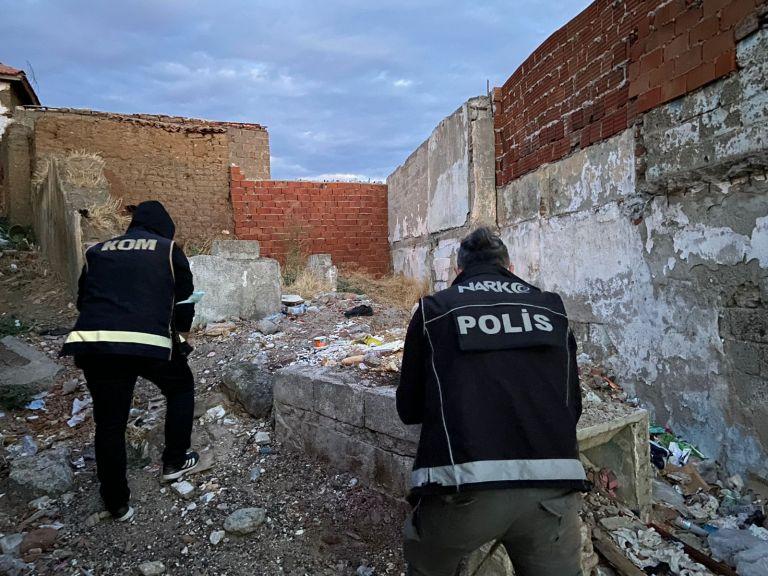 Edremit'te 2 mahalleye şafak baskınında 8 gözaltı
